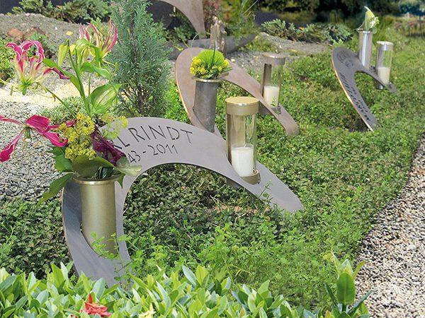 Gedenkteken boog brons met lantaarn en vaas