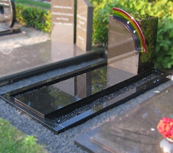 Glazen regenboog (fuse) en brievenbus