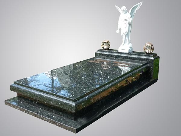 Schuin oplopende zerk met profiel en porseleinen engel