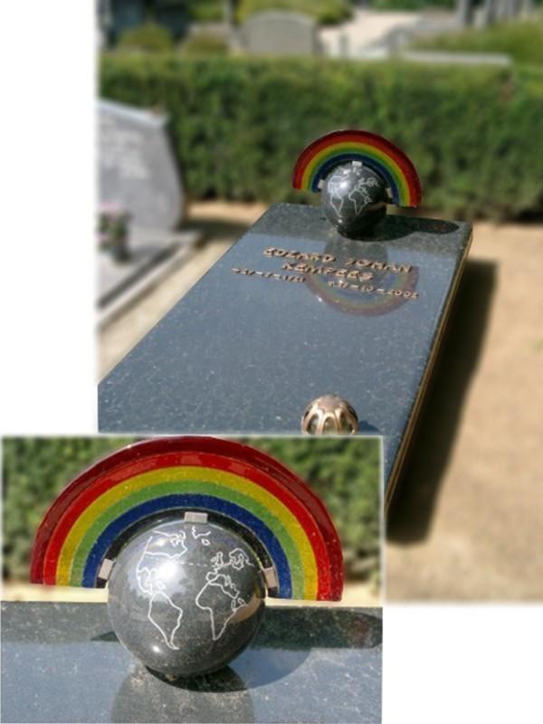 Schuin oplopende zerk met wereldbol en regenboog