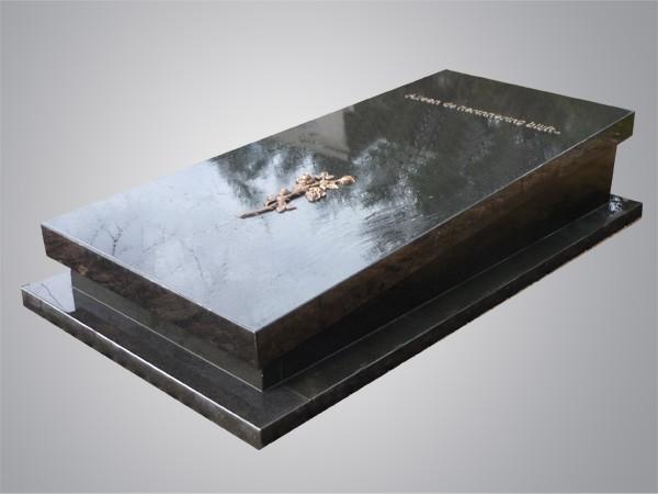 Zwart granieten zerk met omlijsting