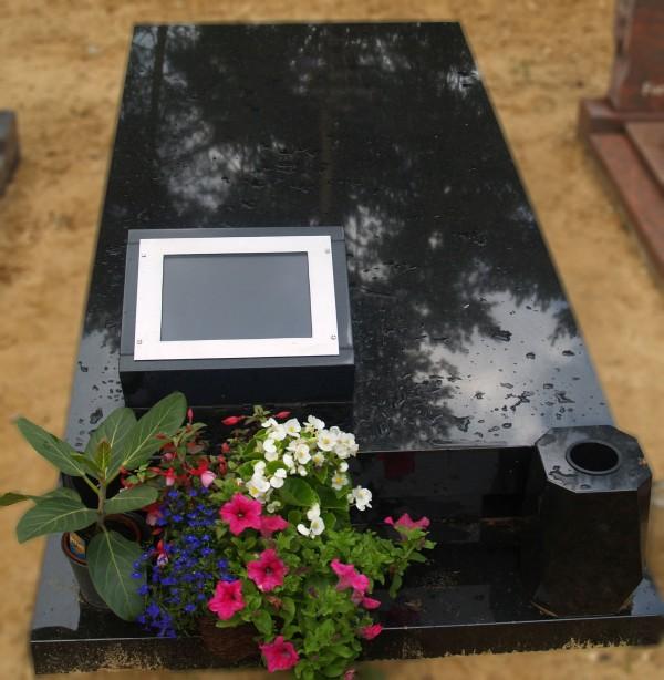 liggende zerk met scherm voor foto projectie